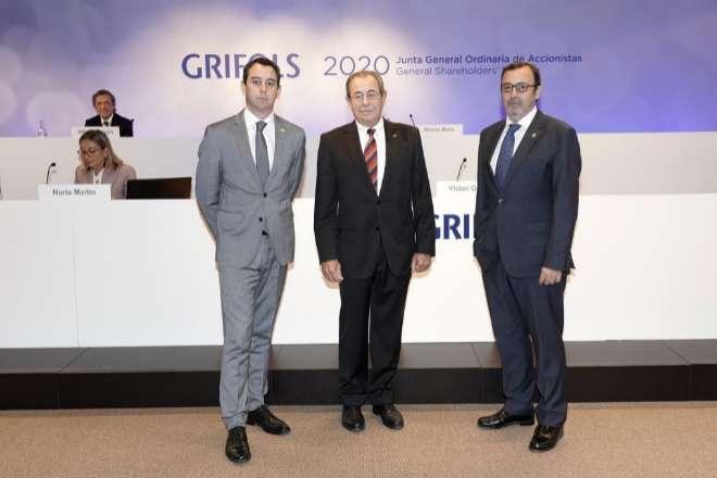 El presidente de Grifols, Víctor Grifols Roura, rodeado de los consejeros delegados Víctor Grifols Deu y Raimon Grifols Roura.