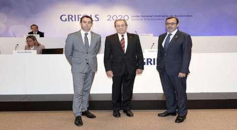 El presidente de Grifols, Víctor Grifols Roura, rodeado de los...