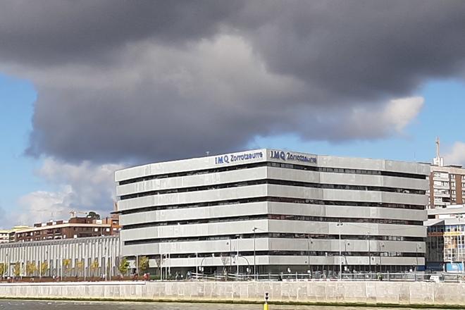 La clínica de Zorrotzaurre es el principal centro sanitario de IMQ en Bilbao, junto a la ría.