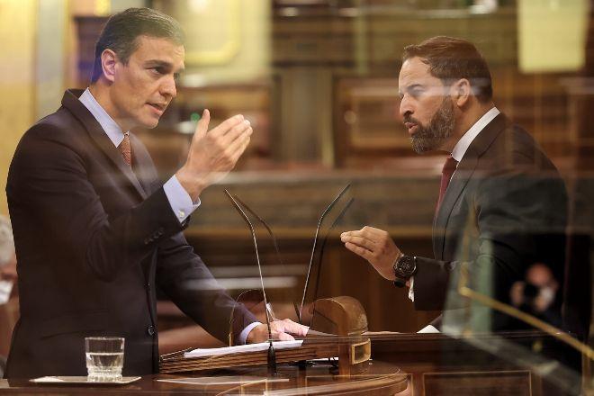 Doble exposición del presidente del Gobierno, Pedro Sánchez, y el líder de Vox, Santiago Abascal, durante sus intervenciones ayer en el pleno del Congreso de los Diputados en el que se debatía la moción de censura.
