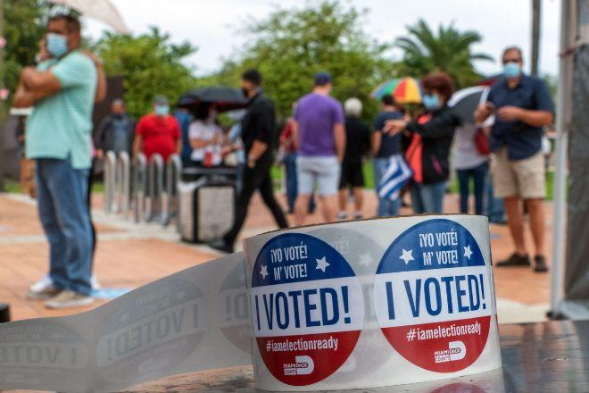"""Detalle de unas pegatinas que dicen """"Yo voté"""", que se entregan a las personas tras votar en la puerta de un centro de votación el pasado lunes en Miami, Florida, donde las urnas abrieron para los electores que deseen votar por adelantado en las elecciones presidenciales y legislativas del 3 de noviembre, en las que se espera una participación récord y unos resultados muy reñidos en este estado considerado decisivo."""