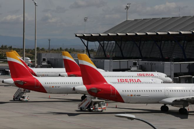 Aviones de Iberia, propiedad de IAG, aparcados en el Aeropuerto de Madrid-Barajas Adolfo Suárez.