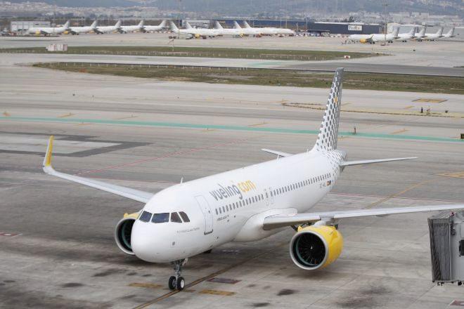 Un avión de Vueling en el aeropuerto de El Prat, en Barcelona.