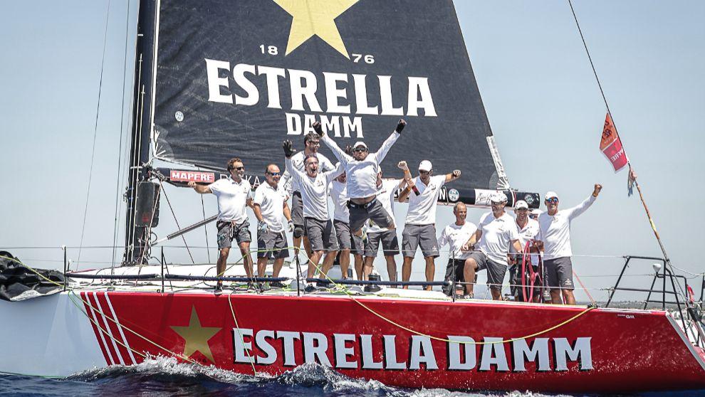 La tripulación del Estrella Damm Sailing Team celebrando su victoria...