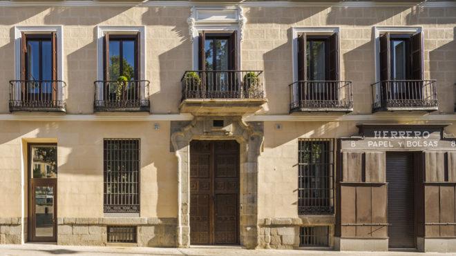 Fachada principal de la casa-palacio en Tirso de Molina, 8.