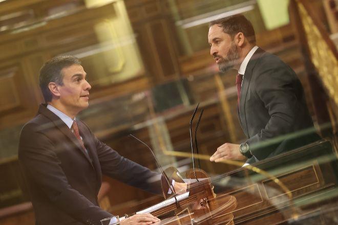 Doble exposición del presidente del Gobierno, Pedro Sánchez, y el líder de Vox, Santiago Abascal, durante sus intervenciones en el debate sobre la moción de censura.