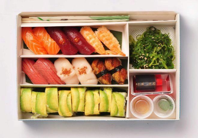 Combo Nigiri: Ensalada wakame, 2 nigiris de salmon, 2 nigiris de lomo de atún picante, 2 nigiris de vieira y polvo de jamón, 2 nigiris de langostino, 2 nigiris de anguila, 2 nigiris de otoro, maki roll de salmón y aguacate. Precio: 38 euros.