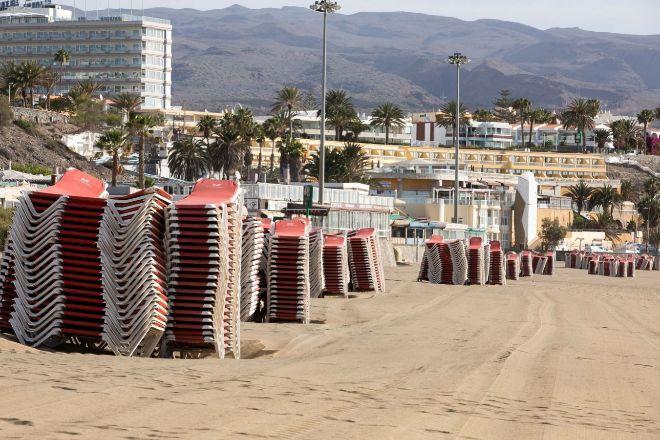 Hoteles cerrados y tumbonas recogidas en Playa del Inglés (Gran Canaria), el pasado mes de mayo.