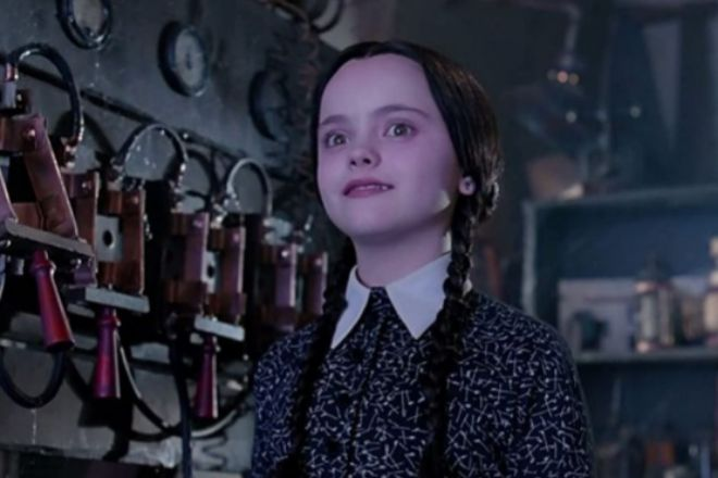 Christina Ricci interpretando a la pequeña de la familia en un fotograma de la película 'La familia Addams' de 1991.