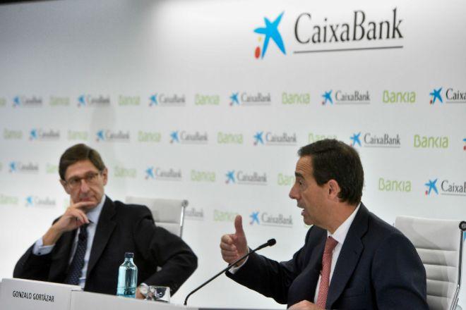 El presidente de Bankia, José Ignacio Goirigolzarri, y el consejero delegado de ;CaixaBank, Gonzalo Gortázar .