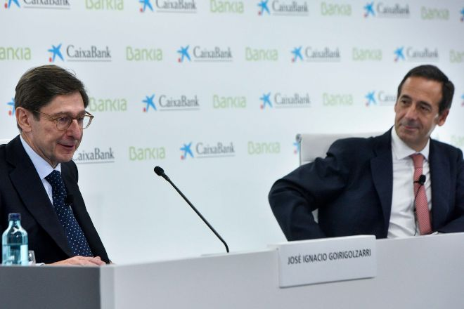 El presidente de Bankia, José Ignacio Goirigolzarri (izquierda), junto al consejero delegado de CaixaBank, Gonzalo Gortázar.