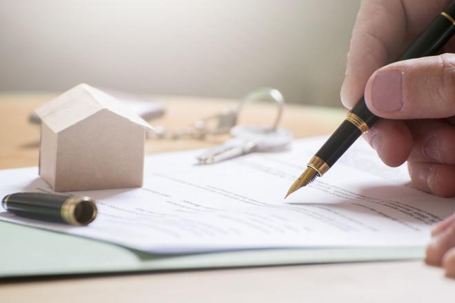 Clientes negociando una hipoteca en una sucursal.