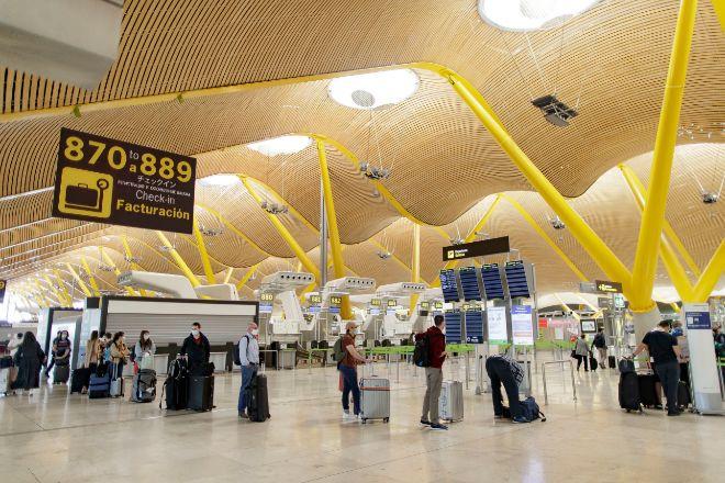 Pasajeros con sus maletas en las instalaciones de la Terminal T4 del Aeropuerto Adolfo Suárez Madrid- Barajas.