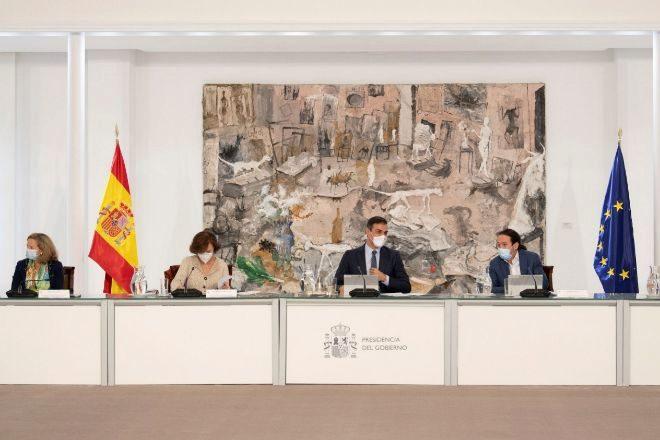 El presidente del Gobierno, Pedro Sánchez (c), preside un Consejo de Ministros extraordinario para estudiar los términos de un nuevo Real Decreto de estado de alarma.