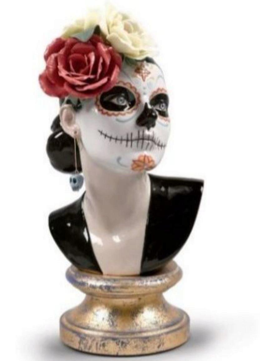 Figurada decorada con los vistosos motivos de la tradición mexicana....