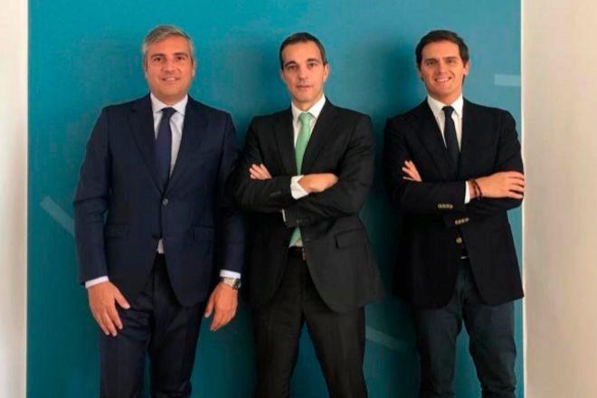 Vicente Morató, socio director de Martínez-Echevarría & Rivera; Alfonso Ois, socio coordinador de competencia; y Albert Rivera, presidente de la firma.