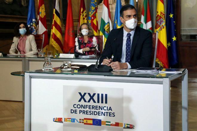El presidente del Gobierno, Pedro Sánchez (d) junto a la vicepresidenta de Asuntos Económicos, Nadia Calviño (c) y la ministra de Hacienda, María Jesús Montero (i) durante la XXIII Conferencia de presidentes autonómicos celebrada ayer lunes.
