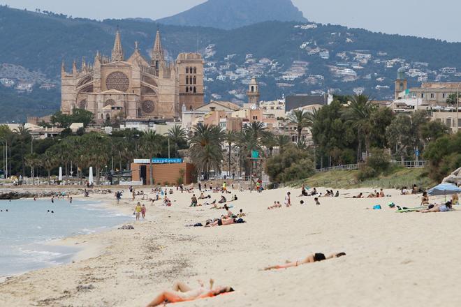 Bañistas en una playa de Palma.