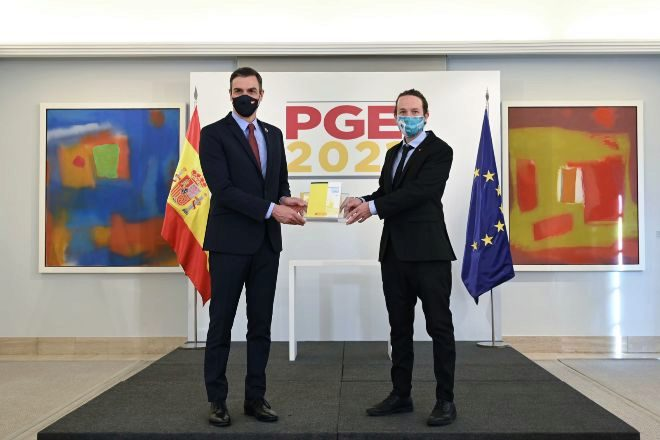 El presidente del gobierno, Pedro Sánchez (i), y el vicepresidente segundo y ministro de Derechos Sociales y Agenda 2030, Pablo Iglesias, durante la presentación de las claves de los Presupuestos Generales del Estado (PGE) 2021 antes de la celebración del Consejo de Ministros.