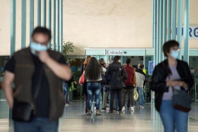 Varias personas hacen cola para entrar en el martes 27 de octubre en el Hospital del Mar de Barcelona, cuando la epidemia sigue al alza en Cataluña, donde han diagnosticado 5.081 nuevos positivos de covid-19 en las últimas 24 horas y han registrado otros 39 fallecidos, lo que hace prever nuevas medidas restrictivas. EFE/Marta Pérez
