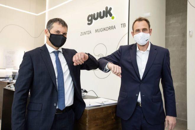 Juanan Goñi, CEO de Guuk (derecha) e Iñaki Maeztu, director comercial de Caja Rural