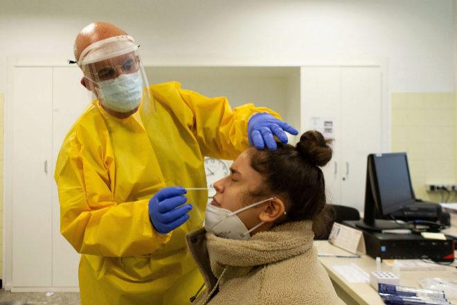 Un profesional sanitario realiza su trabajo en el Centro Atención Primaria (CAP) de Manso de Barcelona.