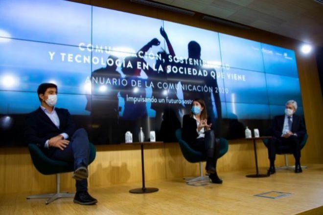 Toni Roldán, director del Center for Economic Policy & Political Economy - EsadeEcPol; Yolanda Erburu, directora de Comunicación, RSC y Fundación de Sanitas, y Juan Carlos Ureta, presidente de Renta 4 Banco.