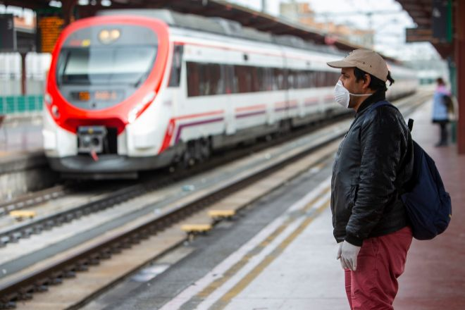 Un usuario en la estación de Chamartín, en Madrid.