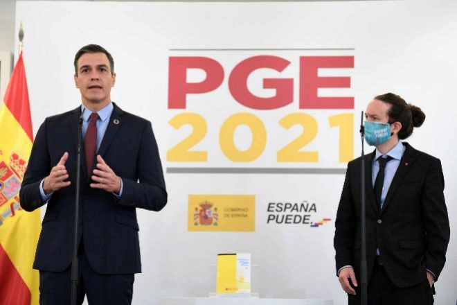 El presidente del Gobierno, Pedro Sánchez, y el vicepresidente Pablo Iglesias durante la comparecencia ante los medios de comunicación para presentar su acuerdo sobre los Presupuestos Generales del Estado de 2021.