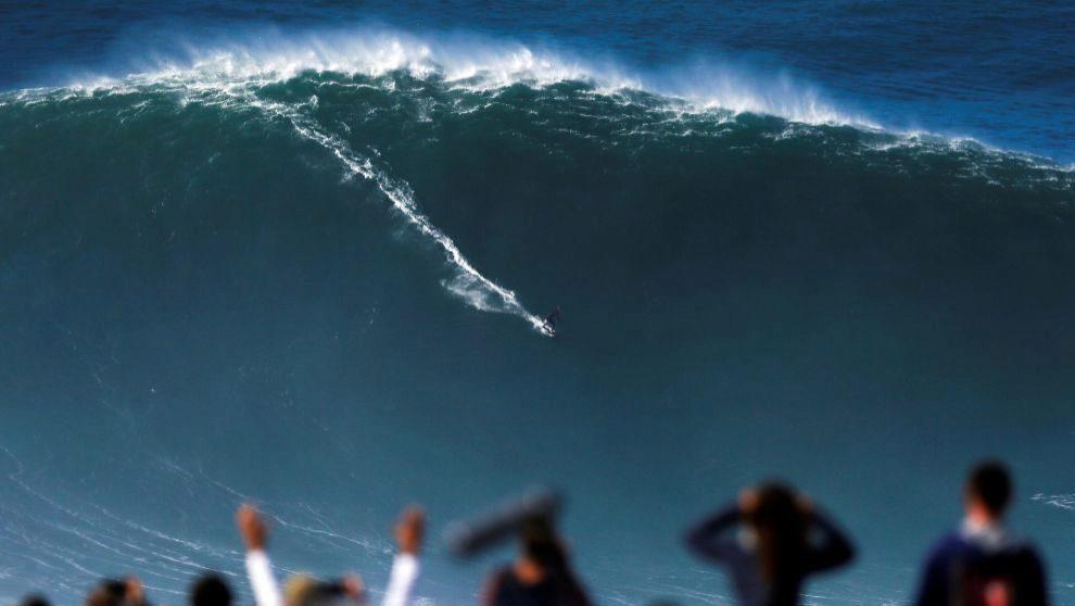 Un surfista desafía la ola de Nazaré, en Praia do Norte, el 29 de...