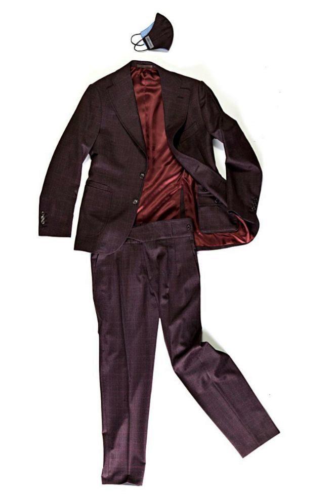 Mascarilla, chaqueta y pantalón con tejido que repele virus y bacterias.