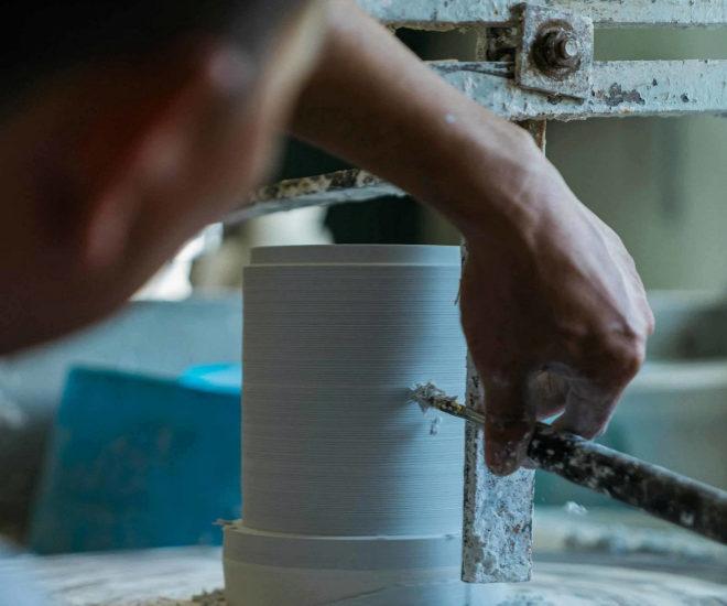 Momento de la elaboración a mano de uno de los recipientes.