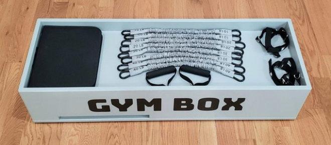 El Gym Box utiliza diferentes bandas de resistencia y cuenta con mosquetones en cada extremo para una r