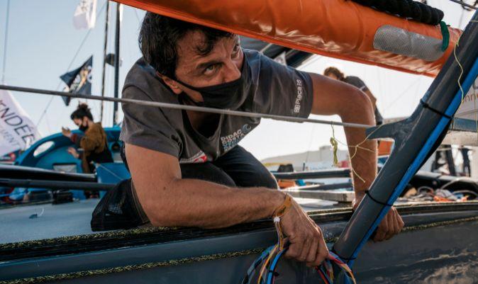 Didac Costa, ultimando los preparativos a bordo del One Planet One Ocean. | JEAN-LOUIS CARLI / ALEA