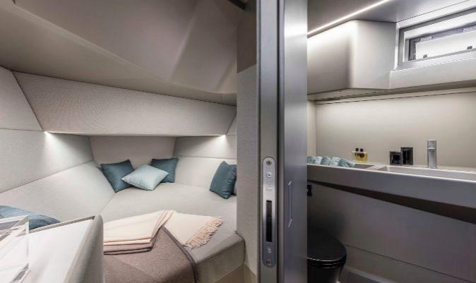 En el interior, hacia proa encontramos el baño y la cabina con cama. | A. COCCHI