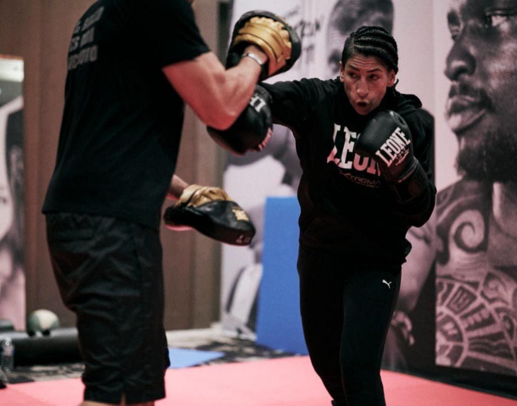 Míriam, en plena forma, entrenando con su entrenador Jero García de cara al combate.