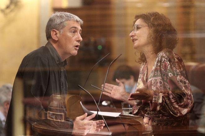 Montaje del diputado de EH Bildu en el Congreso, Oskar Matute, y la ministra portavoz y de Hacienda, María Jesús Montero, durante sus intervenciones ayer en el Congreso de los Diputados.