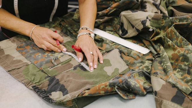 Las expertas manos de Loewe han cortado, cosido y rematado el textil procedente de prendas militares.