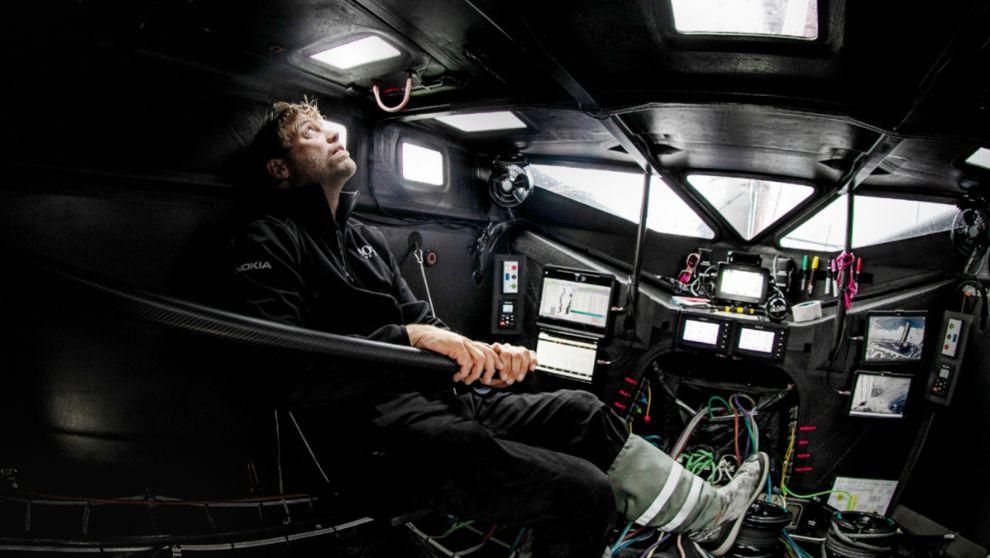 Alex Thomson, a la caña del Hugo Boss refugiado en su cabina cerrada....