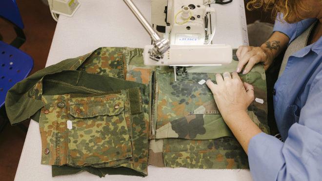 Proceso artesanal de confección de las prendas.