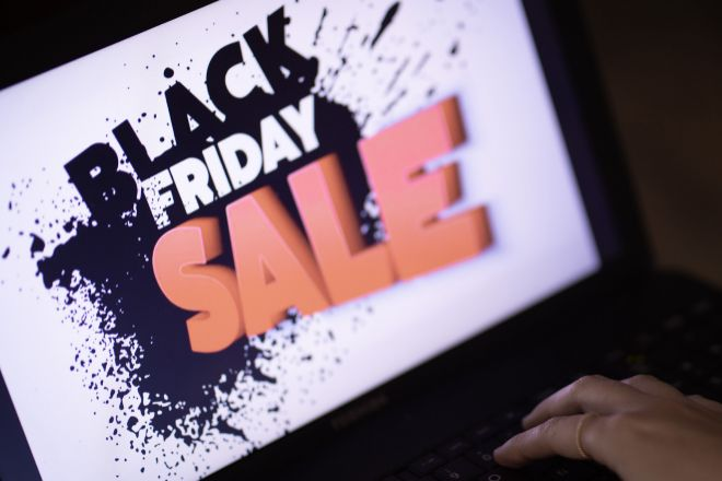 Cartel publicitario del Black Friday en un ordenador.