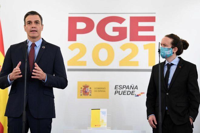 El presidente del Gobierno, Pedro Sánchez, y el vicepresidente segundo, Pablo Iglesias, durante la presentación de su acuerdo sobre los Presupuestos Generales del Estado para 2021.