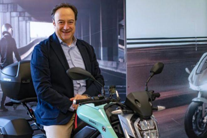 Umberto Uccelli, director general para Europa de Zero Motorcycles sobre una SR/F, una de las motos eléctricas de la marca.