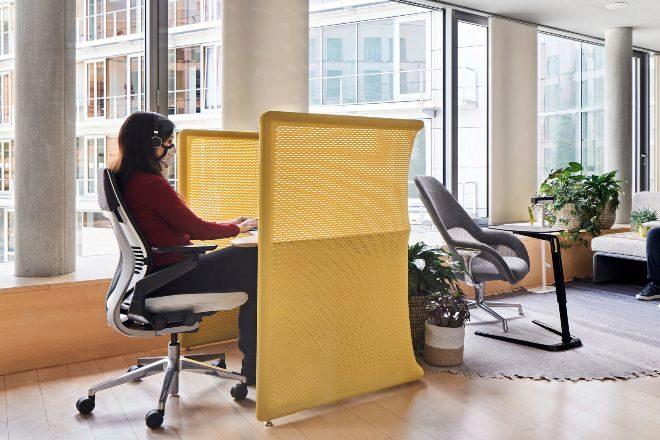 La mayoría de los espacios de trabajo carecen de mamparas de separación.