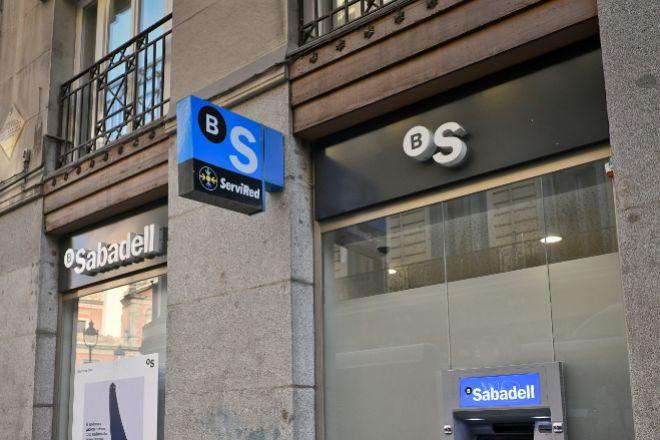 Sabadell pierde más del 10% en Bolsa y BBVA lidera el Ibex tras el fin de las conversaciones
