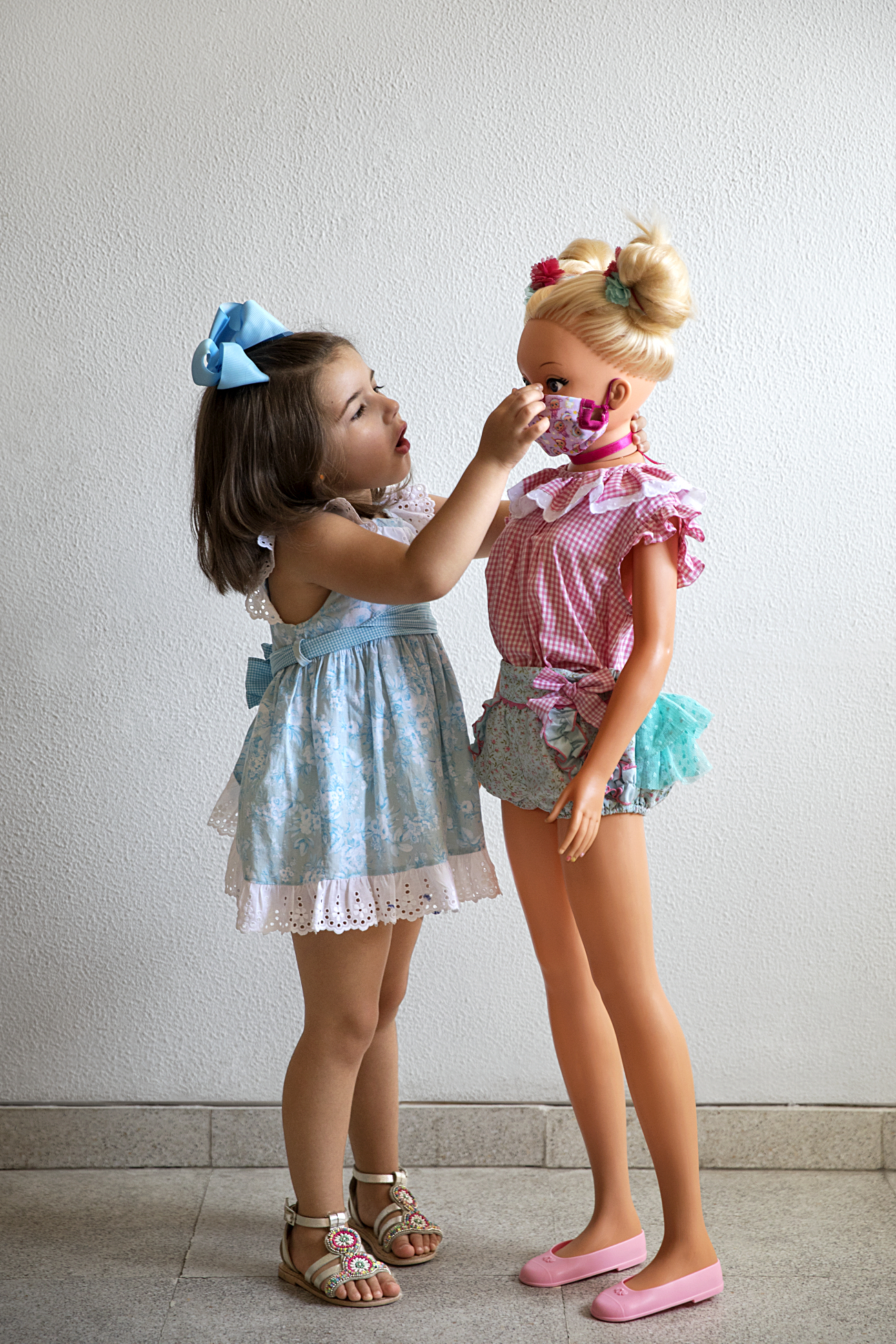 Alba Molina enseña a su muñeca Rosenda a guardar las normas de...