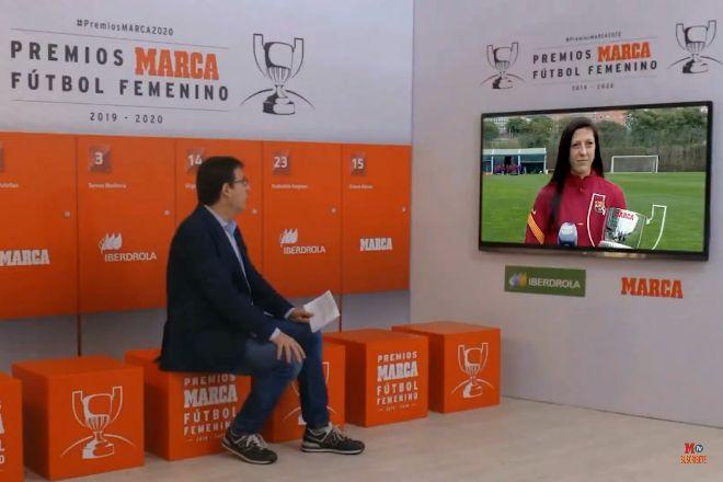 Carlos Carpio, subdirector de Marca, durante la entrevista a la jugadora del FC Barcelona Jenni Hermoso, que ha recibido el premio Pichichi a la máxima goleadora.