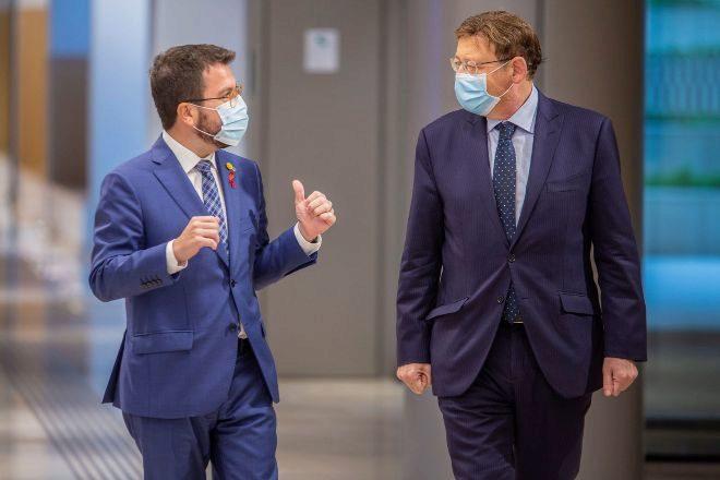 El presidente de la Generalitat valenciana, Ximo Puig, junto al vicepresidente de la Generalitat de Cataluña en funciones de presidente, Pere Aragonès, durante la reunión que ambos mantuvieron el martes en Barcelona.