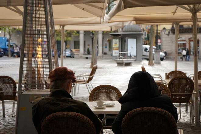 Dos personas en la terraza de un bar.