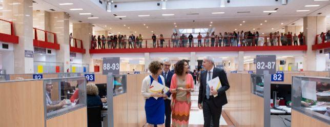 La ministra de Hacienda, María Jesús Montero, con el director de la Agencia Tributaria (AEAT), Jesús Gascón, en la Delegación de la AEAT de Guzmán el Bueno, Madrid.
